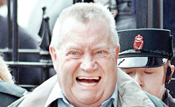 El sacerdote pedófilo Brendan Smyth deja el juzgado de Limavady después de ser extraditado a Irlanda. PA Wire